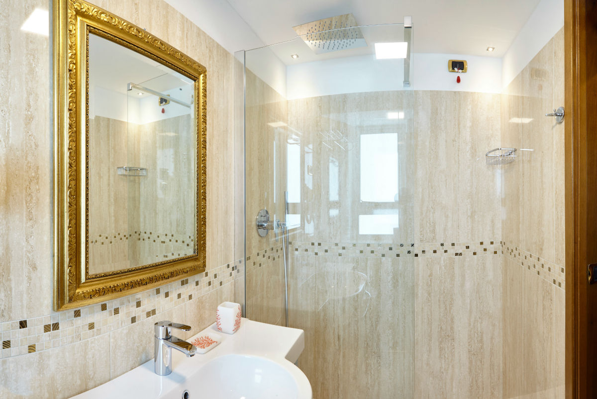 Suerior Gold bathroom - Termini beach hotel.