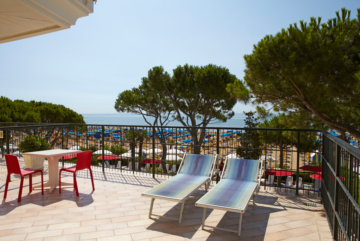 Terrace with sun loungers - Double room deLuxe - Termini beach hotel Jesolo. The view is direct to the sea.