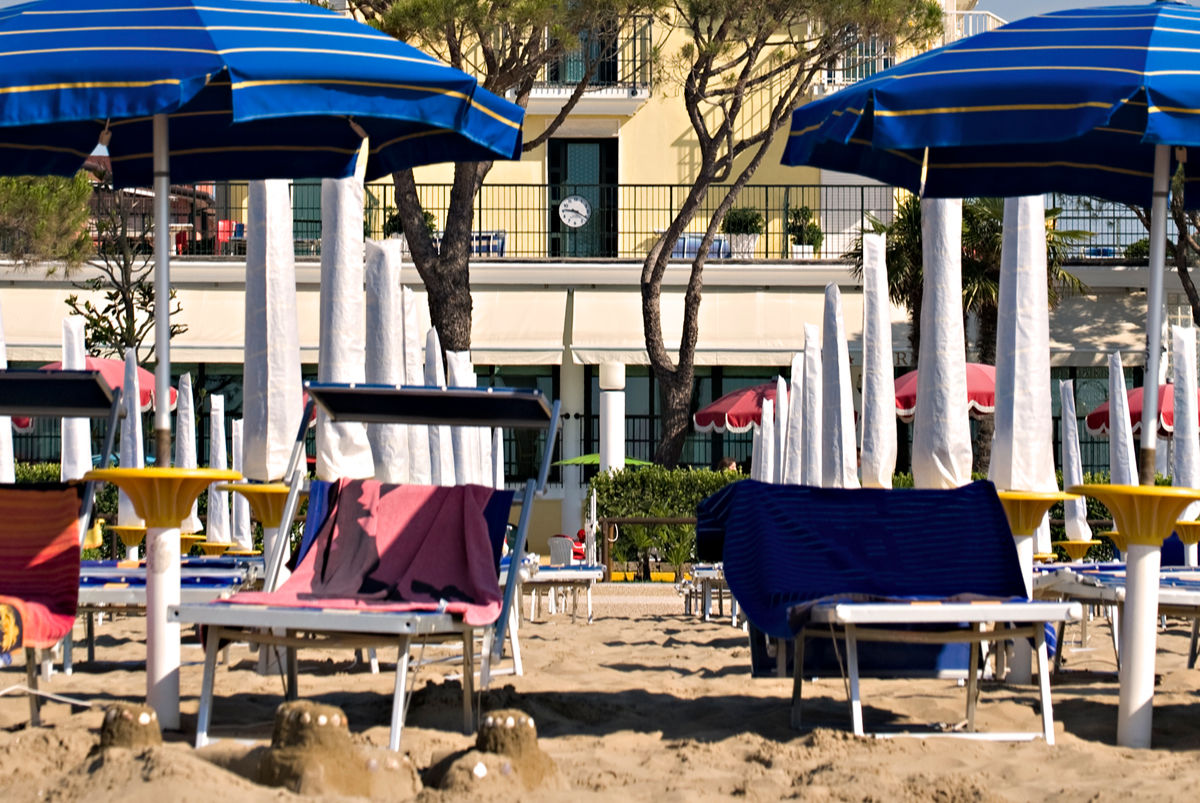 The private beach equipped with sunbeds and umbrellas - Termini beach hotel Jesolo