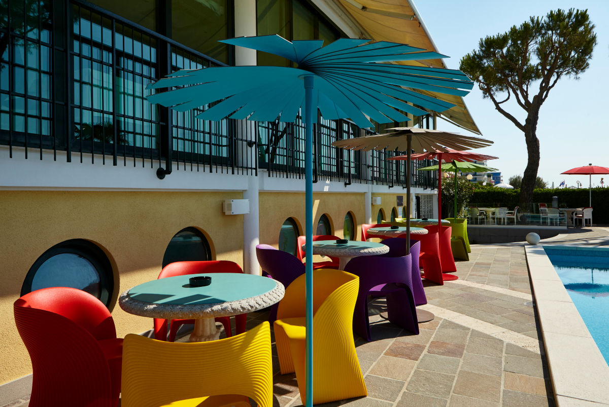 Snack bar terrace direct to the sea